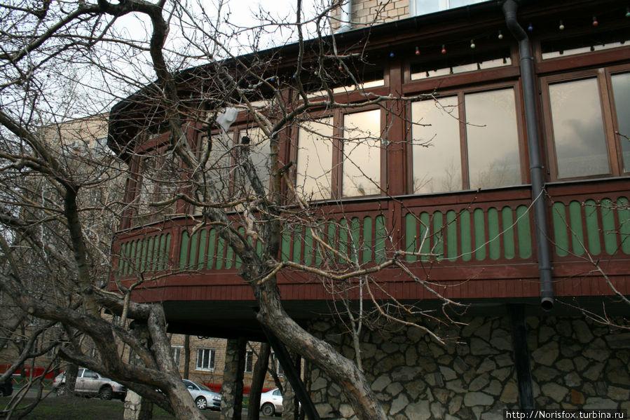Вот вдоль таких окон, напоминающих балкончики, стоят столики.