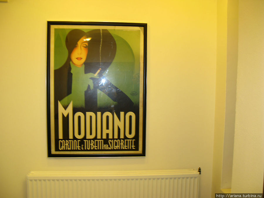 Постеры на стенах отеля