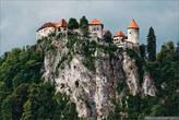 Замок поближе, сейчас мы кстати в него отправимся на экскурсию.