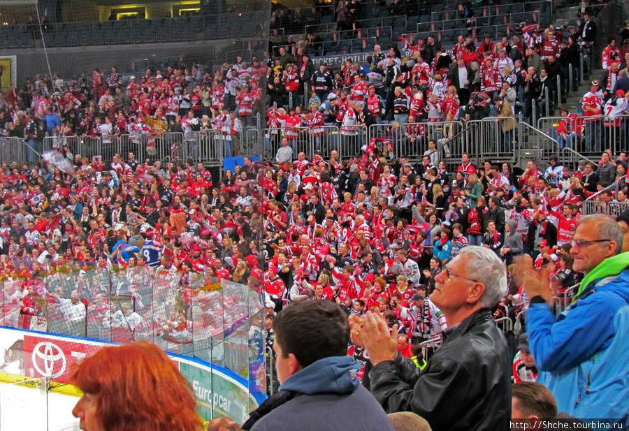 Когда хозяева сравняли счет, трибуны просто встали и встретили это событие аплодисментами. Вот же немцы — предматчевый заряд был выше, чем эмоции во время самого матча.