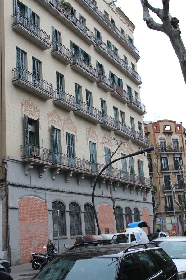 так выглядит дом с улицы, окна хостала на третьем этаже