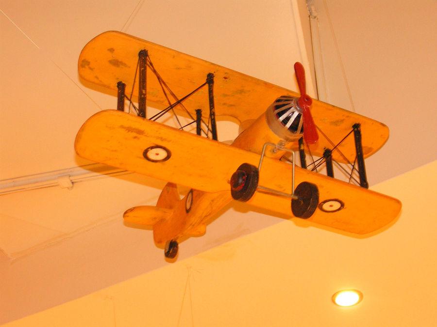 Раритетный самолёт или имитация? Очень красивый, долго рассматривала.