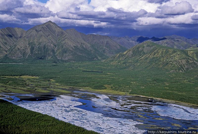 Наледь на Сунтаре. Напротив долина Сыатыньи. Здесь уже Оймяконское нагорье переходит в хребет Сунтар-Хаята.