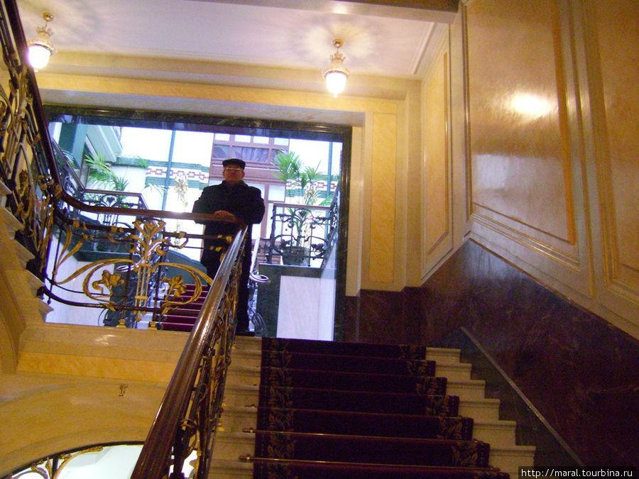 Парадная лестница ведёт во внутренний дворик Дома компании
