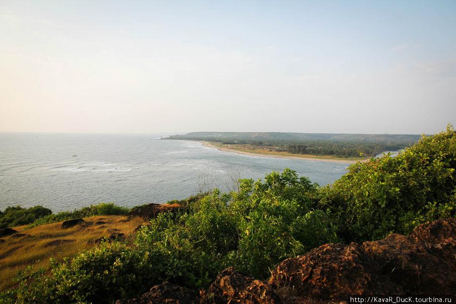 Вид на пляж из Форта в Vagator-е