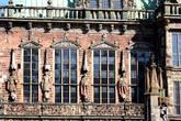Слева от эркера — фигуры императора, Майнского, Трирского и Кёльнского курфюрстов.