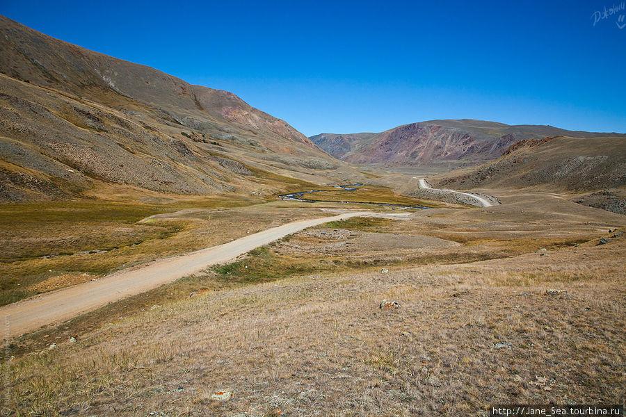 Дорога все время петляет и прыгает. Вверх, вниз, вправо, влево... так и укачать не долго. Вот только красивые виды не отпускают, приходится часто останавливаться на фотосессию. :)
