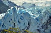 А если присмотреться поближе — начинаешь замечать причудливые формы самого ледника, его устремляющиеся вверх до самого неба отростки, уже немного сглаженные палящим патагонским солнцем.