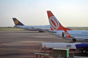 На переднем плане хвост самолета авиакомпании GOL. Тоже популярный в регионе перевозчик.
