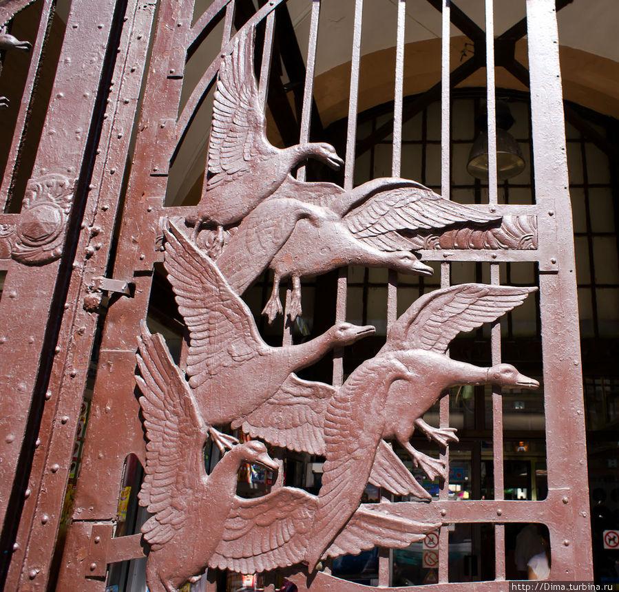 Птицы на воротах пр входе