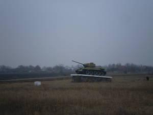 Танк в поле — часть сельского мемориала на тему войны