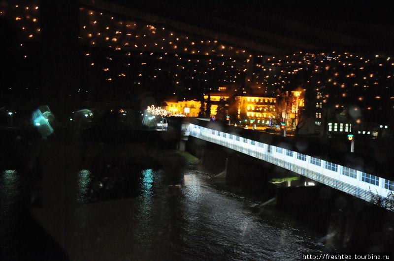 Вид с террасы кафе-бара Селдо на крытый Колоннадный мост через реку Ваг.