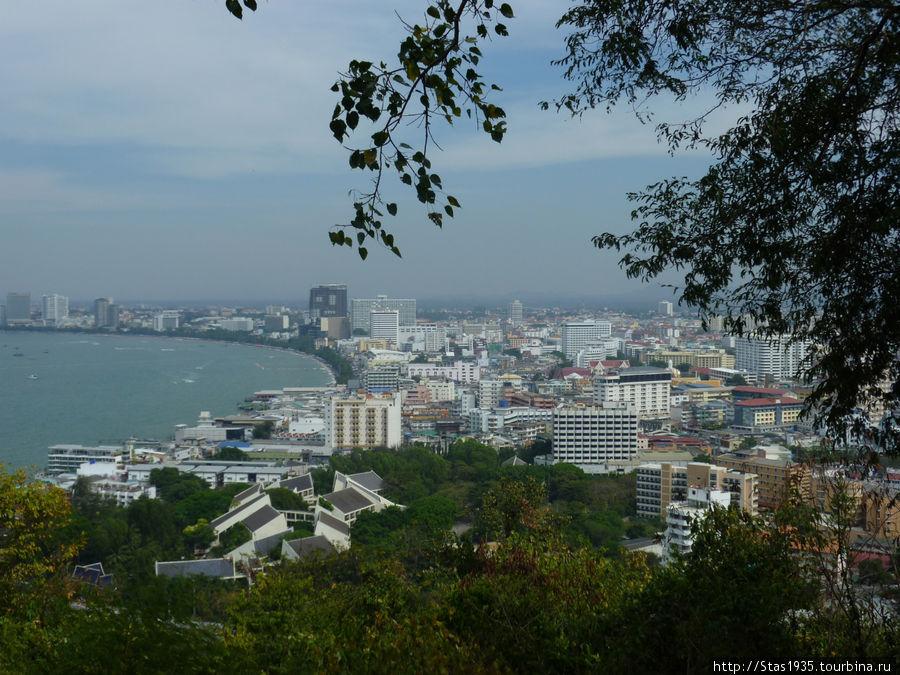 Паттайя. Вид на город со смотровой площадки на холме Пратамнак.
