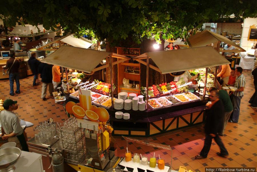 Вид на салатную часть  и отдел свежих соков  с галереи второго этажа