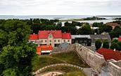 Вид Хаапсалу с верхней площадки 38-метровой сторожевой башни епископского замка.
