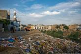 Все берега покрыты толстым слоем мусора.