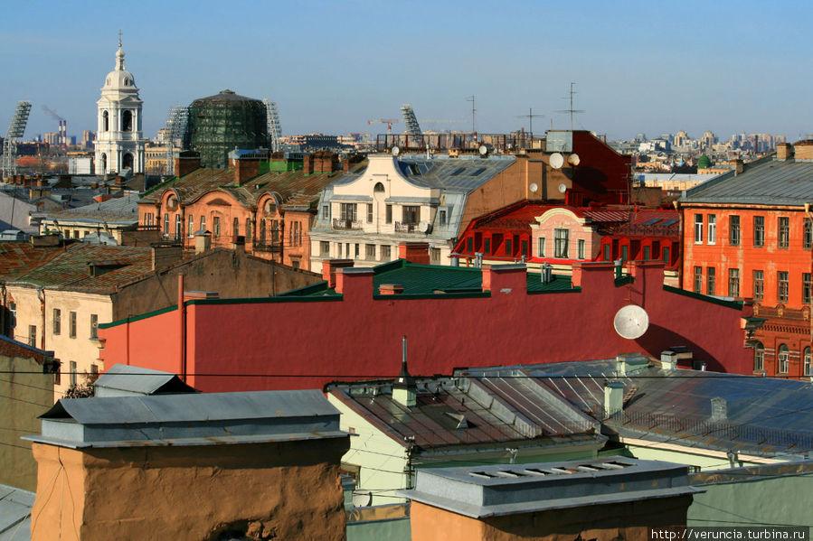 Вид с крыши захватывающий в какую сторону не повернись. Адреналина добавляет то, что крыша неровная и скользкая.