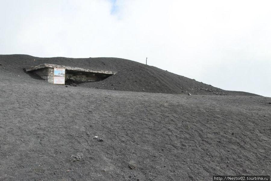 После последнего извержения от Башни Философа осталась видна одна крыша.