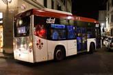 По узким улицам ходят крохотные автобусы.