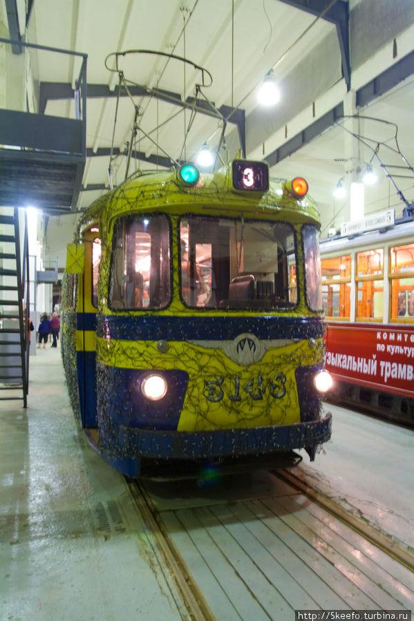Этот трамвай, судя по плотной паутине гирлянд, ездит в новогоднюю ночь по городу. Один мой знакомый, даже, встречал новый год в таком. Был в восторге.