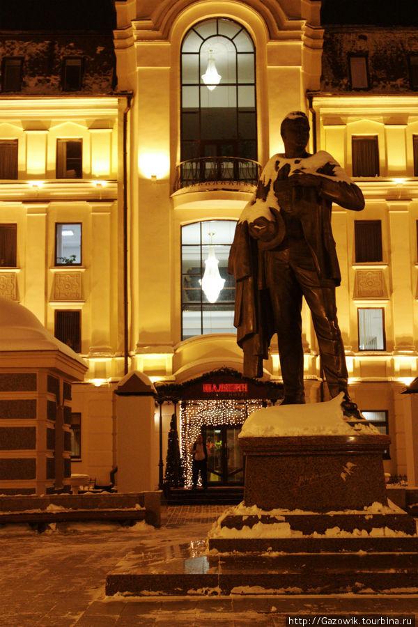 Памятник Ф.Шаляпину перед входом