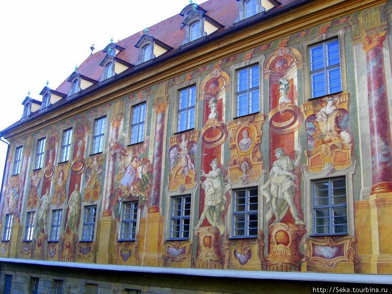 Фасад, расписанный фресками