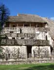 La Torre. Центральная лестница (справа). Под каждой такой тростниковой крышей найдены резные работы по камню