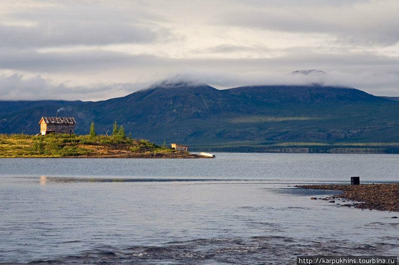 В северной оконечности озера из него вытекает одноимённая река. Здесь на мысу стоит дом, способный приютить путешественника, а на самом берегу баня.