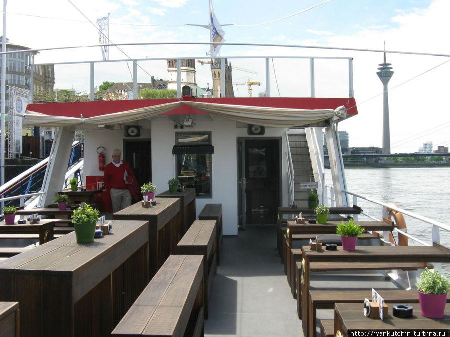 На борту можно занять место на открытой палубе