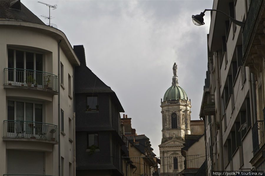Церковь — ориентир на парк, вид с улицы Saint-Melaine.