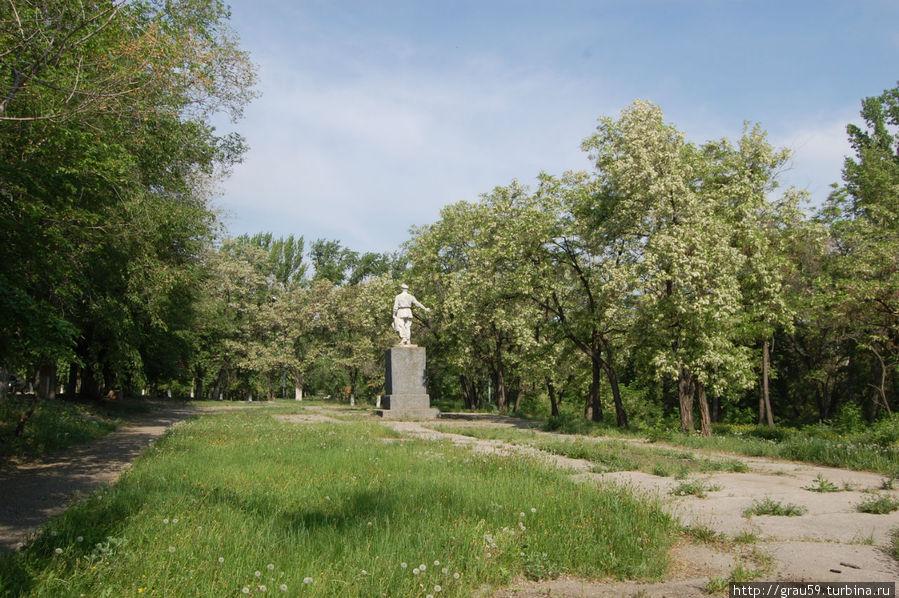 Вид памятника , если идти от остановки трамвая