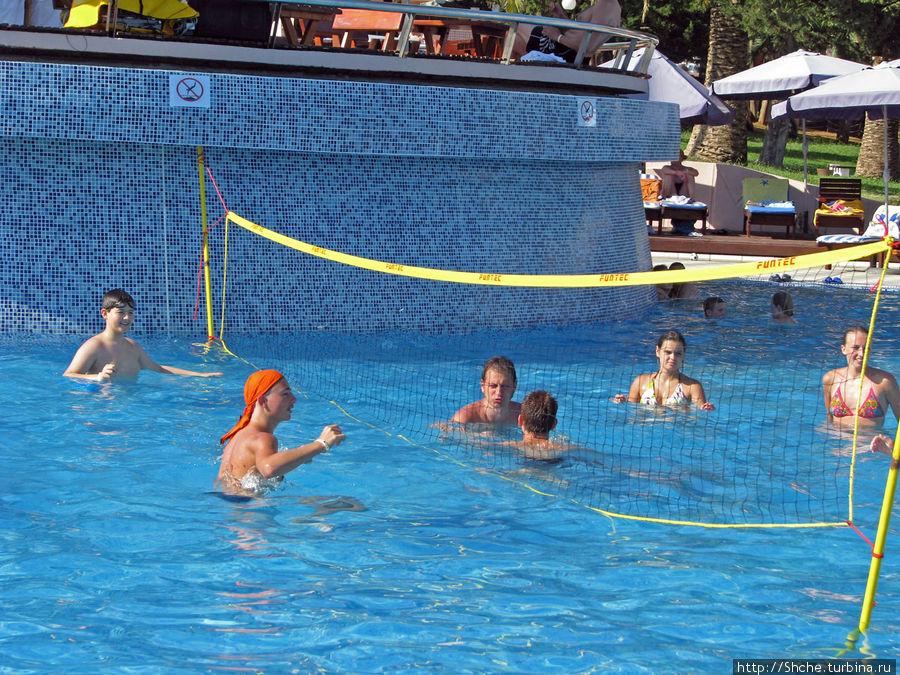 у бассейна в течение дня постоянная анимация — аквааэробика, водный волейбол и т.д.