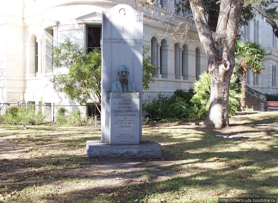 Памятник Франклину Рузвельту на Майн Плазе.
