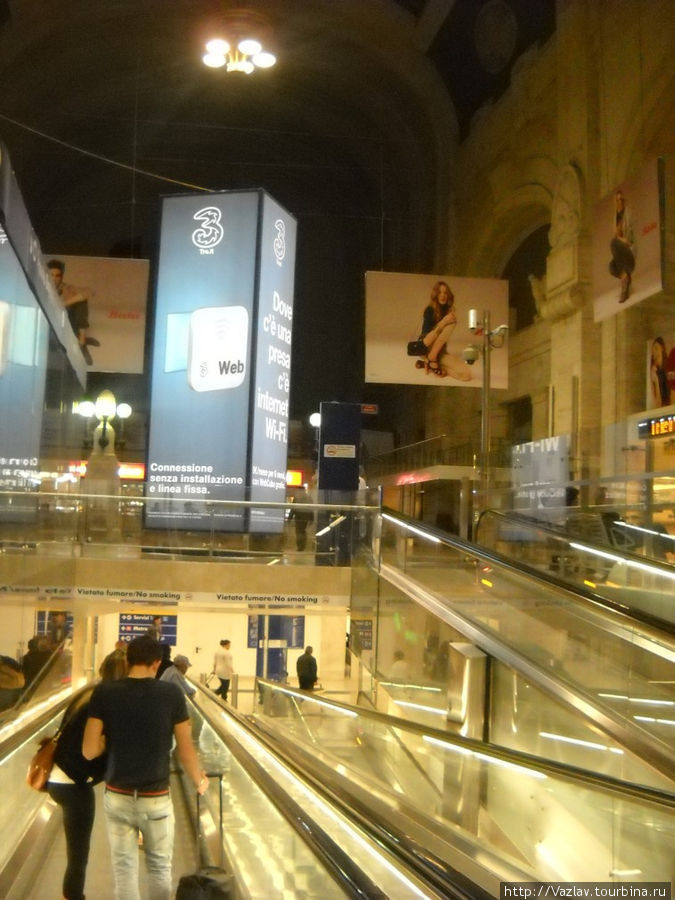 Эскалаторы, ведущие в метро