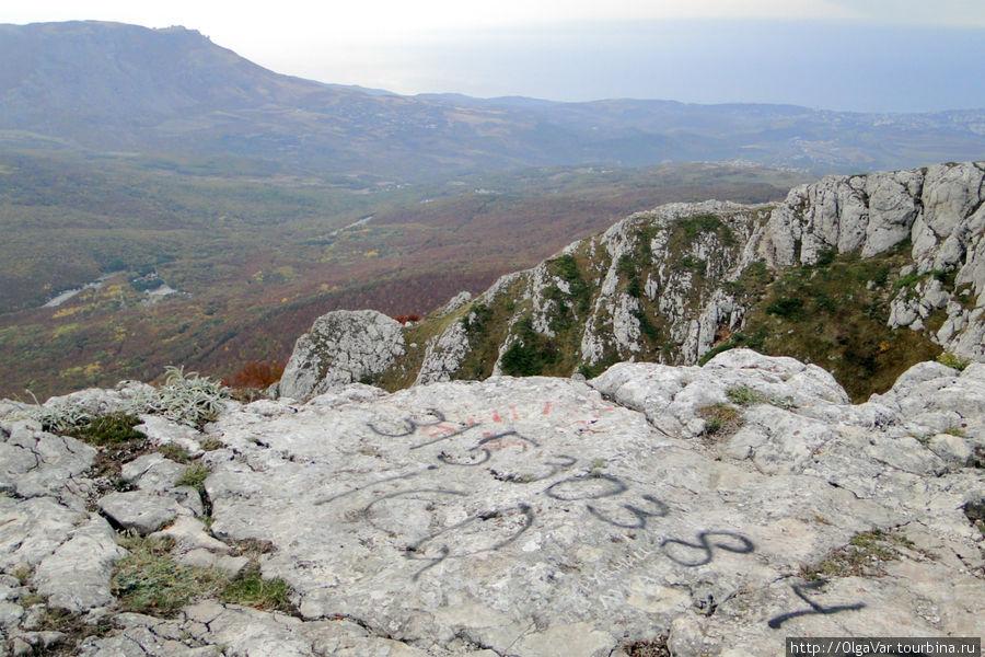 И кому-то не лень было выцарапывать цифры на камнях. А может, это древние оставили знаки...
