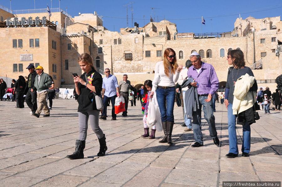 На площади у Западной стены (стена Плача) весь день не утихают дискуссии и движение.
