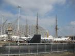 Вдали купол жемчужины чатемского дока-слип №3. Во время своего строительства (ок. 1900) это было одним из самых больших в Европе сооружений,где военные корабли создавались под навесом.