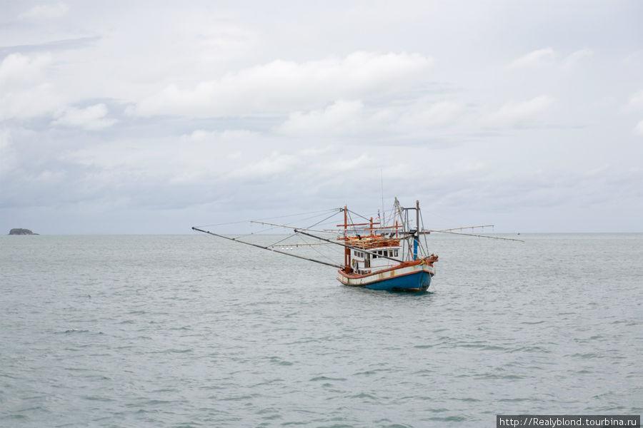 Рыбацкая лодка-вот на таких балийские рыбаки каждое утро отправляются в океан
