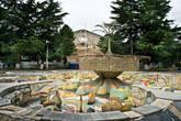 Площадь с фонтаном неподалеку от здания администрации города