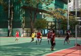Если честно, я не понимаю, как гонконгцы умудрились втиснуть хорошоразмерное поле для футбола в этот район, где клочок земли стоит целое состояние, а дома стоят буквально друг на друге.