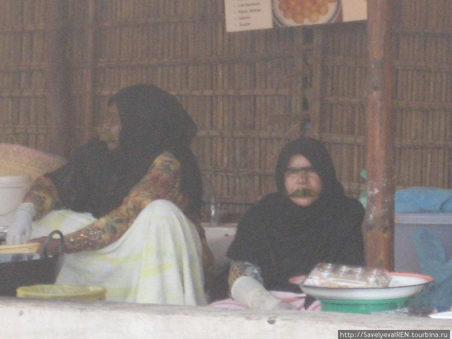 Женщины в масках.