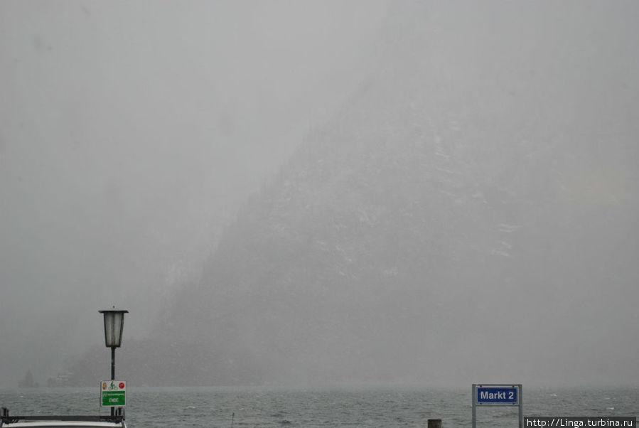 Гора через озеро время от времени пропадала в тумане