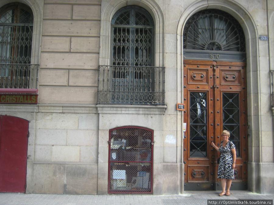 Окно в центре — комнаты, в которой мы жили.