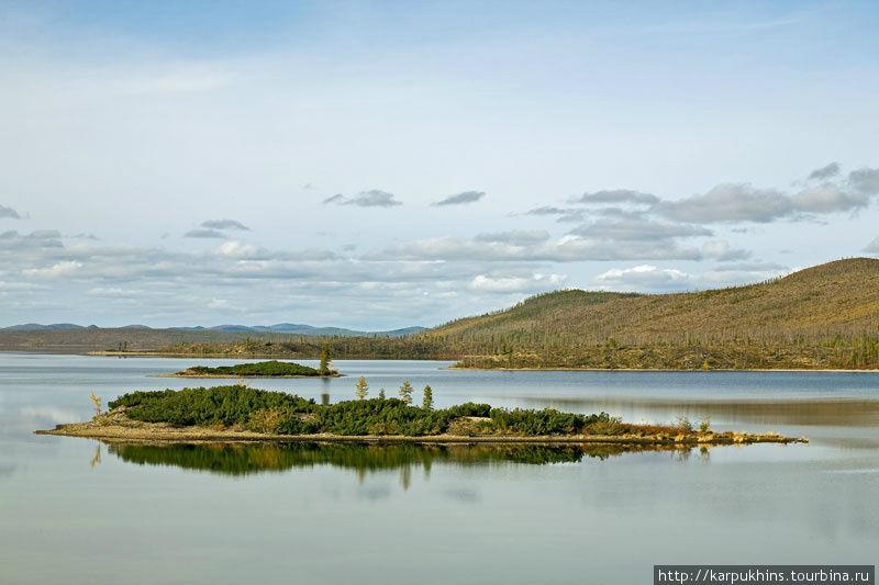 Два острова у восточного берега озера.