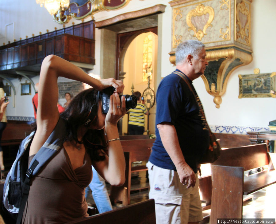 Церквушка на горе Монте. В соборах и цервях можно свободно фотографировать. У нас же могут разбить камеру.
