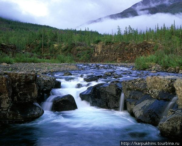 Река Орокан. Недалеко от озера Кутарамакан, чуть к северу лежит озеро Кета. От базы на Кутарамакане к озеру Кета нужно идти через невысокий перевал. Сразу за перевалом путь проходит по долине небольшой реки Орокан. Эта река сама по себе интересный объект. На ней есть три симпатичных водопада.