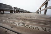На пирсе яхт-клуба на каждой его доске написаны имена спонсоров. Увековечен каждый, кто пожертвовал 1000 крон (примерно 100 евро!).