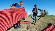 Установка юрты. В начале ставятся стены жилища кочевника – решетчатые кереге