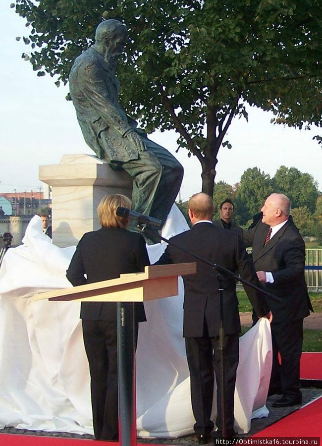 Памятник Ф.М. Достоевскому открыт в 2006 году в Германии в городе  Дрезден. Автор скульптуры А.И. Рукавишников.