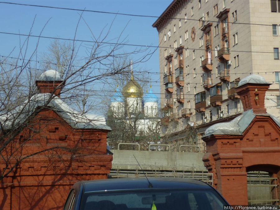 Вид из двора на Новоспасский монастырь